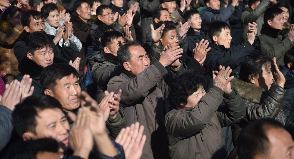 Mieszkańcy Pjongjangu świętują wystrzał nowego pocisku balistycznego