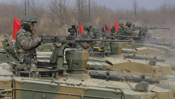 Południwokoreańscy wojskowi prowadzą ogień z czołgów K-2 - Sputnik Polska