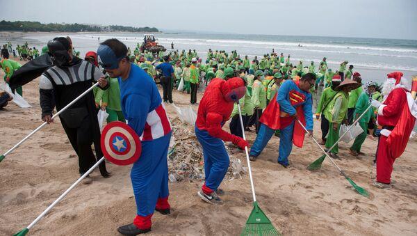 Władze indonezyjskiej wyspy Bali ogłosiły stan wyjątkowy z powodu śmieci, które wyrzuca morze na brzeg - Sputnik Polska