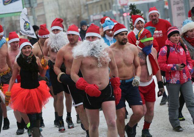 Noworoczny bieg w kostiumach Dziadka Mroza w Nowosybirsku.