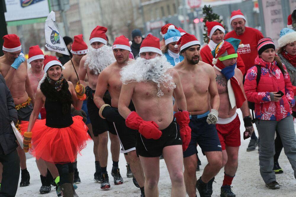Uczestnicy noworocznego biegu w kostiumach Dziadka Mroza w Nowosybirsku.