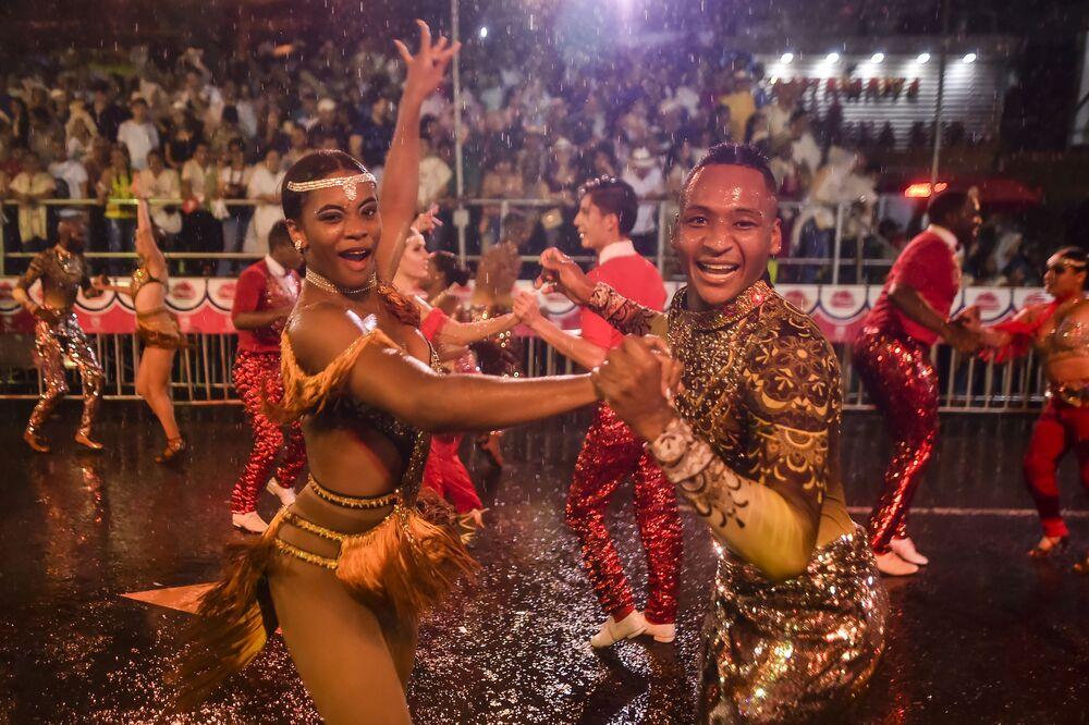 Uczestnicy parady mieli tańczyć przez dwie i pół godziny. Mogli zatrzymać się tylko po to, aby napić się wody.