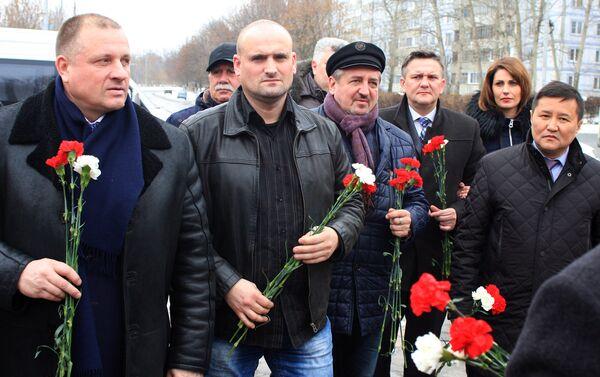 Przedstawiciele władz Federacji Rosyjskiej, społecznicy, aktywiści, żołnierze i my Polacy, wspólnie trzymamy biało-czerwone róże i składamy je na Pomnikach Braterstwa Broni - Sputnik Polska