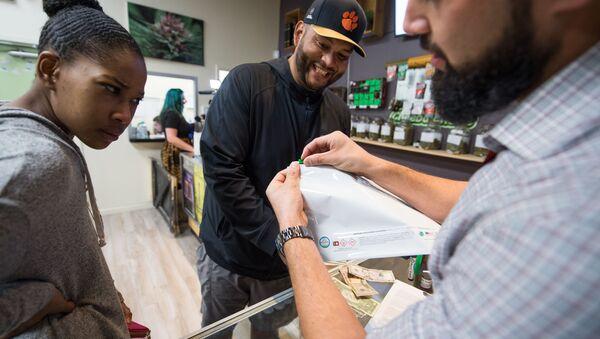 Kupujący marihuanę do celów rekreacyjnych w sklepie Green Pearl Organics w Kalifornii - Sputnik Polska