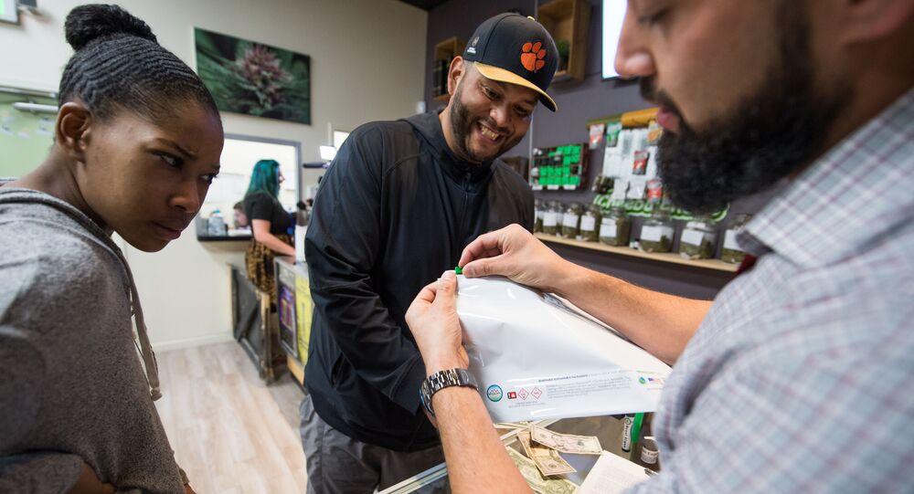 Kupujący marihuanę do celów rekreacyjnych w sklepie Green Pearl Organics w Kalifornii