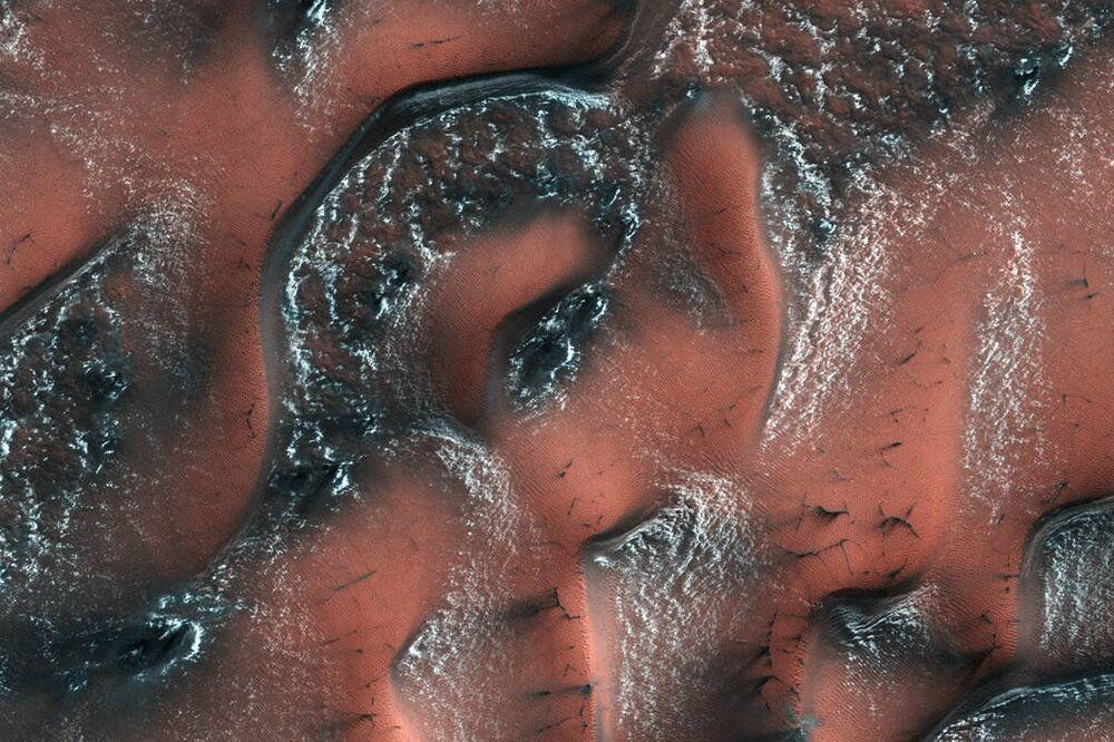 Śnieżne wydmy na Marsie.