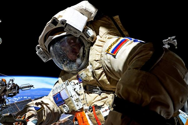 Kosmonauta Roskosmosu Siergiej Riazanski podczas wyjścia w otwarty kosmos 17 sierpnia 2017. - Sputnik Polska