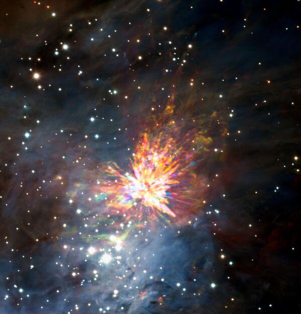 Astronomom udało się po raz pierwszy zosbaczyć zderzenie dwóch nowonarodzonych gwiazd w gwiazdozbiorze Oriona. Wybuch zrodził potężny fajerwerk, którego energii wystarczyłoby do tego, aby Słońce świeciło przez 10 milionów lat. - Sputnik Polska