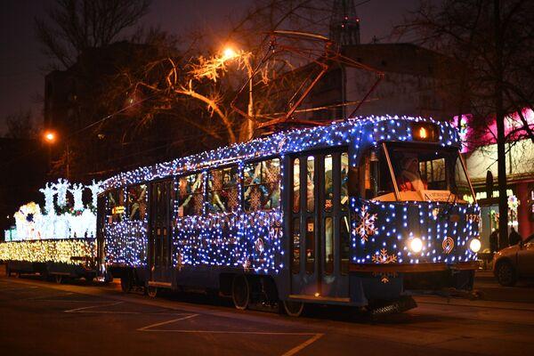 Z okazji świąt w centrum Moskwy uruchomiono dwa świąteczne tramwaje. - Sputnik Polska