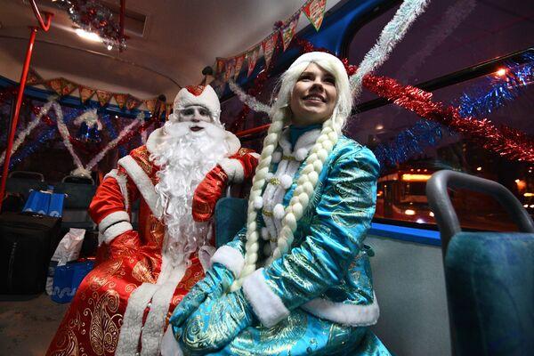 28 grudnia pasażerowie świątecznych tramwajów otrzymali życzenia od Dziadka Mrozu i Śnieżynki. - Sputnik Polska