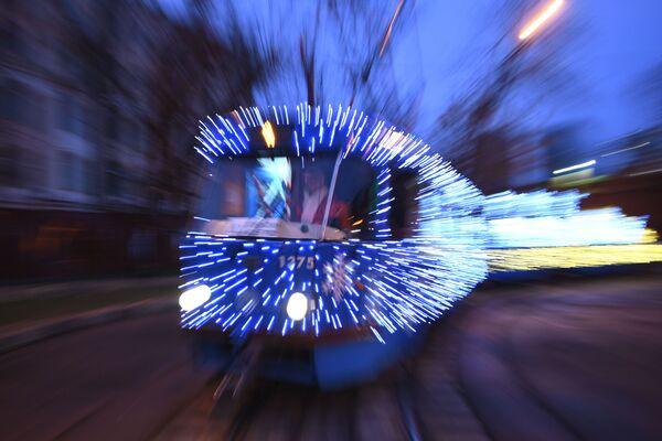 Do projektu wybrano dwuwagonowe składy, każdy z nich ozdobiono 10 tysiącami diodowych lampek. - Sputnik Polska