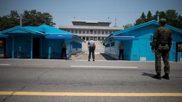Południowokoreańscy żołnierze naprzeciw punktu negocjacyjnego Panmundżom w strefie zdemilitaryzowanej między Koreą Północną i Południową - Sputnik Polska