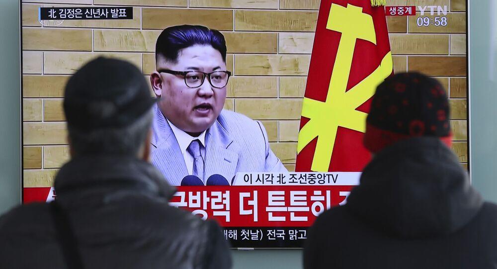 Transmisja wystąpienia lidera KRLD Kim Dzong Una na ekranach na dworcu kolejowym w Seulu.