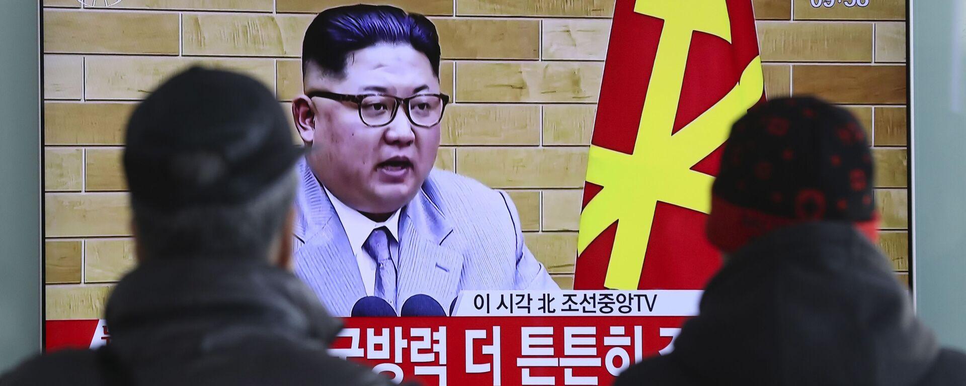 Transmisja wystąpienia lidera KRLD Kim Dzong Una na ekranach na dworcu kolejowym w Seulu - Sputnik Polska, 1920, 31.05.2021