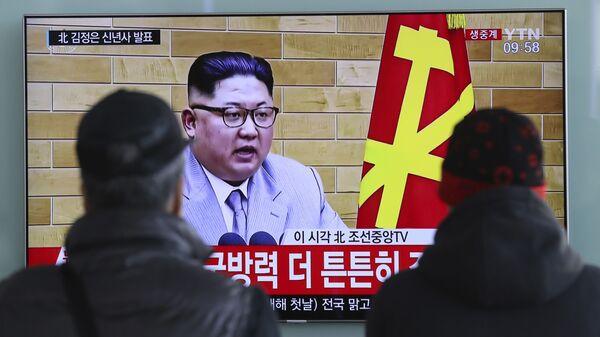 Transmisja wystąpienia lidera KRLD Kim Dzong Una na ekranach na dworcu kolejowym w Seulu - Sputnik Polska