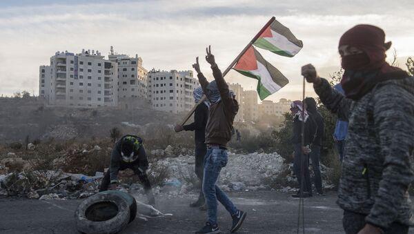 Protestujący podczas starć na granicy Palestyny i Izraela w pobliżu Ramallah - Sputnik Polska