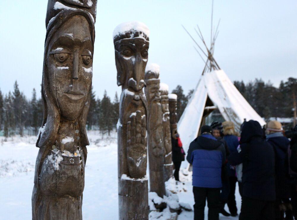 Goście mogą zjeść obfity, tradycyjny saamski obiad (w tym przysmaki przyrządzane na otwartym ogniu).