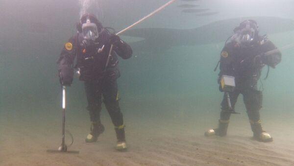 Nurkowie prowadzą przegląd obszaru wodnego poligonu - Sputnik Polska