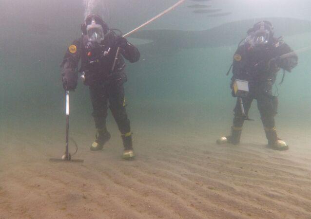 Nurkowie prowadzą przegląd obszaru wodnego poligonu