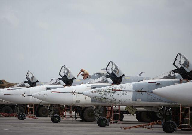 Rosyjskie samoloty Su-24 w bazie lotniczej Hmeimim w Syrii