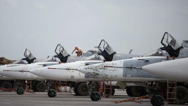 Rosyjskie samoloty Su-24 w bazie lotniczej Hmeimim w Syrii - Sputnik Polska