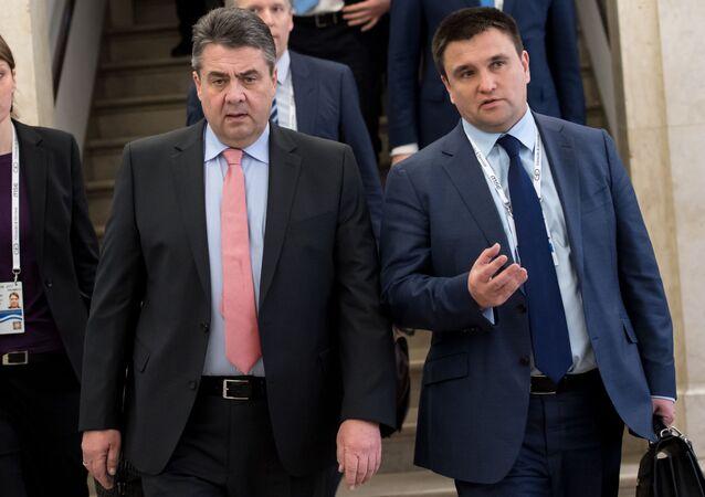 Ministrowie spraw zagranicznych Niemiec i Ukrainy Sigmar Gabriel i Pawło Klimkin