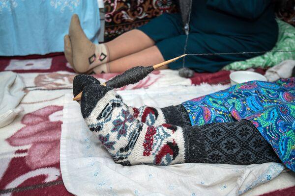 Rękodzielnicy z Orenburga robią szale z koziej wełny. - Sputnik Polska