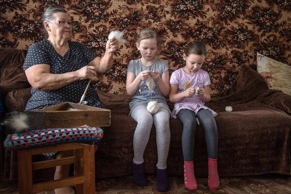 Munnur Iszmużametowa uczy wnuczki sztuki rękodzielniczej w wiosce Żołtoje w obwodzie orenburskim. - Sputnik Polska
