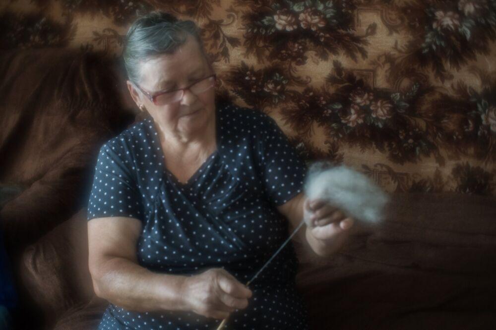 Przędzenie nici z wełny koziej.