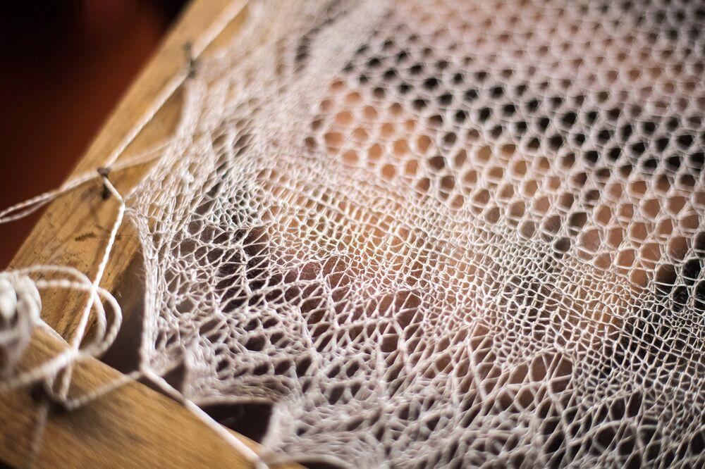 Gotowy szal rozciągnięty na tamborku, aby wysechł i nabrał odpowiedniego kształtu.
