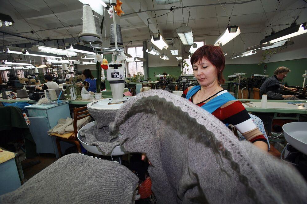 Orenburskie chusty wyrabia się też maszynowo. Jednak najbardziej cenione są te robione ręcznie.