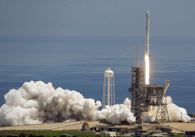 Wystrzał rakiety SpaceX Falcon 9 na przylądku Canaveral, USA. Zdjęcie archiwalne
