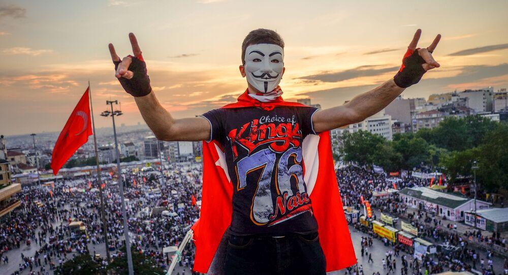 Demonstranci na placu Taksim w Stambulu