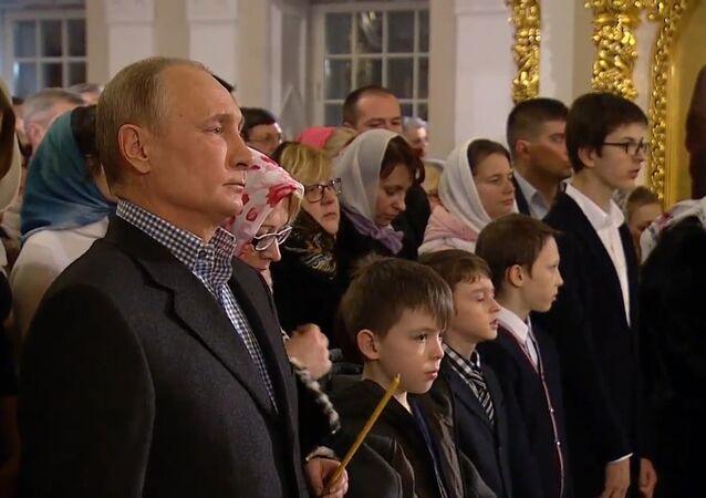 Władimir Putin wziął udział w nabożeństwie z okazji Bożego Narodzenia w jednej z najstarszych świątyń Petersburga