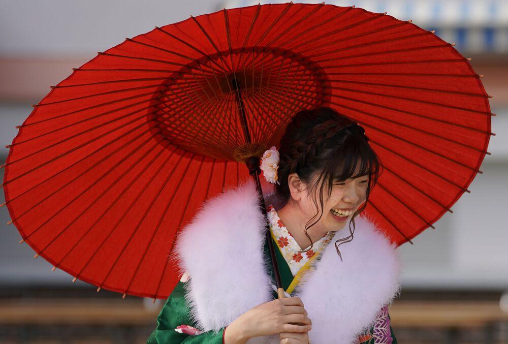 Dziewczyna w kimono podczas święta narodowego Seijin no Hi (Dzień Dorosłych) w Japonii