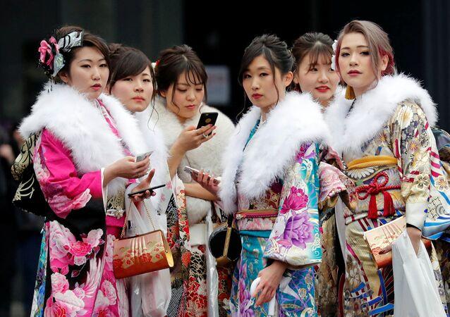 Dziewczyny w kimono podczas święta narodowego Seijin no Hi (Dzień Dorosłych) w Japonii