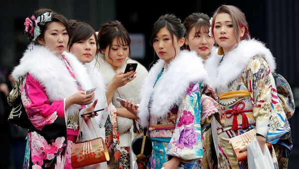 Dziewczyny w kimono podczas święta narodowego Seijin no Hi (Dzień Dorosłych) w Japonii - Sputnik Polska