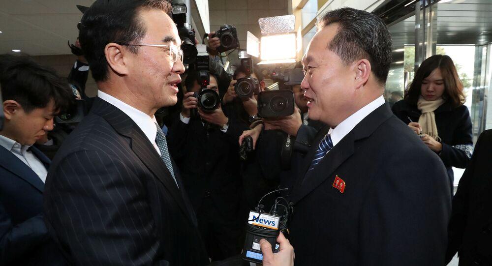 Szef delegacji KRLD Ri Son Gwon (z prawej) podczas spotkania ze swoim odpowiednikiem z Korei Południowej Cho Myoung-gyon (z lewej) w strefie zdemilitaryzowanej