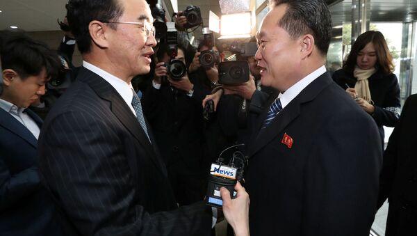 Szef delegacji KRLD Ri Son Gwon (z prawej) podczas spotkania ze swoim odpowiednikiem z Korei Południowej Cho Myoung-gyon (z lewej) w strefie zdemilitaryzowanej - Sputnik Polska