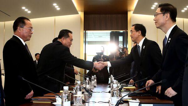 Szef delegacji KRLD Ri Son-Gwon w czasie spotkania z ministrem ds. zjednoczenia Republiki Korei Cho Myung-Gyunem w strefie zdemilitaryzowanej - Sputnik Polska