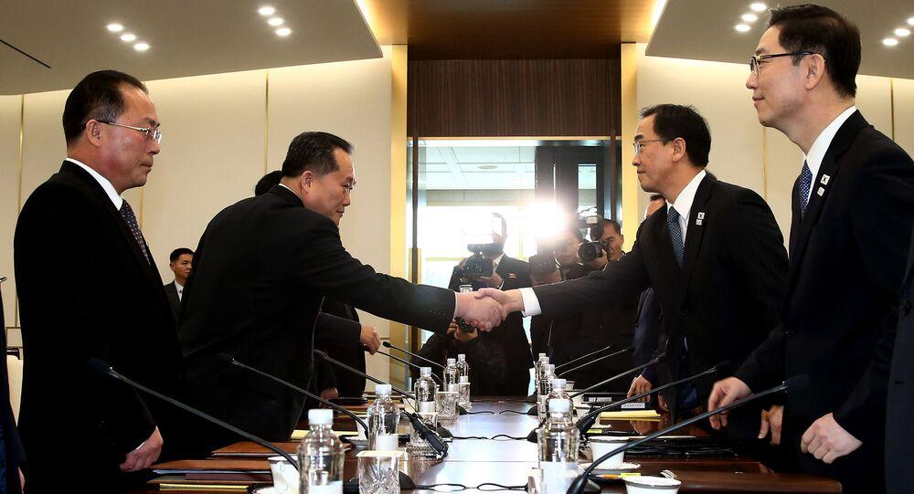 Szef delegacji KRLD Ri Son-Gwon w czasie spotkania z ministrem ds. zjednoczenia Republiki Korei Cho Myung-Gyunem w strefie zdemilitaryzowanej