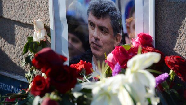 Kwiaty i portret na miejscu zabójstwa polityka, działacza społecznego Borysa Niemcowa na Dużym Moście Moskworeckim w Moskwie - Sputnik Polska