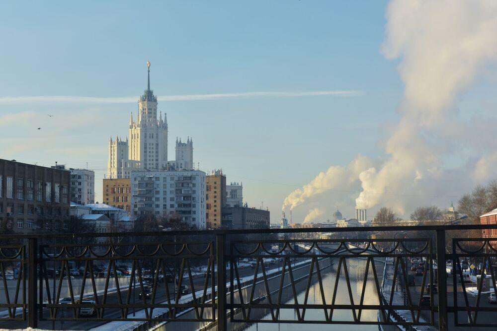 Widok na rzekę Jauzę z z mostu Vysokoyauzskogo w Moskwie, 2016 rok