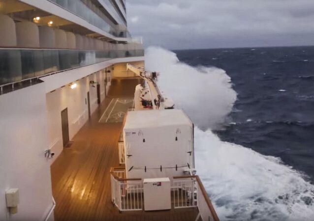 Statek wycieczkowy Norwegian Breakaway, który zmagał się z ogromnym sztormem
