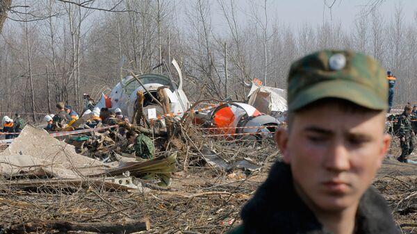Służby ratunkowe na miejscu katastrofy polskiego samolotu rządowego Tu-154 pod Smoleńskiem - Sputnik Polska
