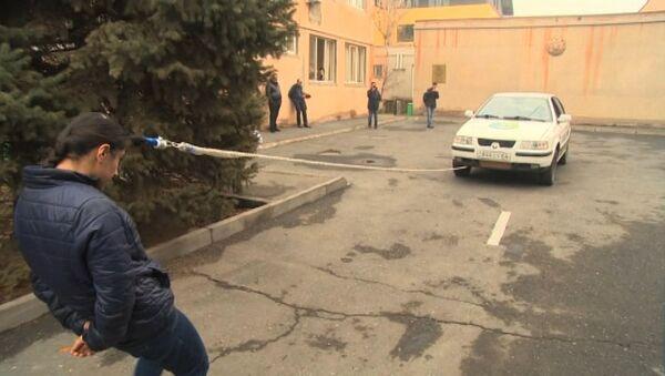 Przeciągnąć samochód włosami... - Sputnik Polska