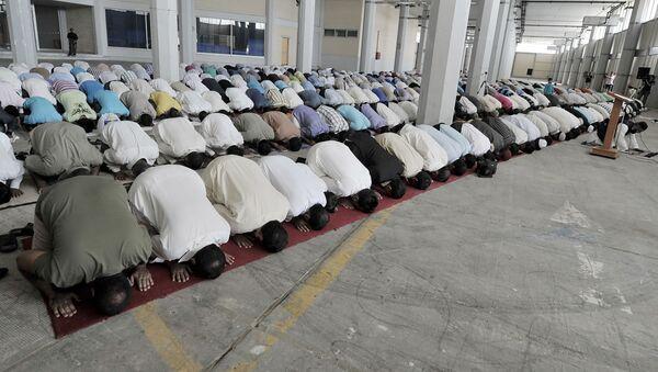 Muzułmanie modlą się podczas święta Uraza-Bajram w mieście Pireus, Grecja - Sputnik Polska
