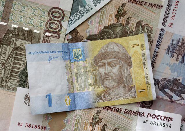 Pieniądze papierowe o monety Rosji i Ukrainy