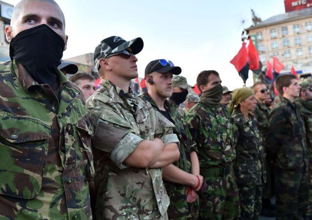 """Uczestnicy organizacji """"Prawy Sektor"""" na placu Niepodległości w Kijowie"""