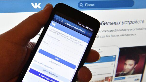 """Strona sieci społecznościowej """"VKontakte na ekranie smartfona - Sputnik Polska"""